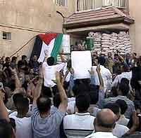 Begeistrede palestinere strømmer til Arafats hovedkvarter i dag.