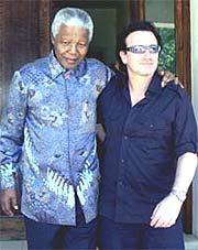 Bono fra U2 har stor innflytelse. Her på på turne i Afrika i møte med Nelson Mandela (foto: REUTERS / Juda Ngwenya).