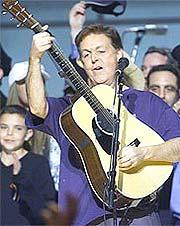 Paul McCartney og Ringo Starr samler venner for å hylle George Harrison. Foto: AP / SCANPIX.