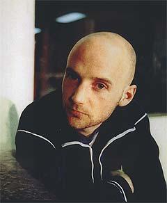 - Både Europa og USA frustrerer meg, sier Moby. Den norgesklare artisten er engasjert i det som skjer rundt Irak for tiden. Her er han på Quartfestivalen i 2000, mandag spiller han i Oslo Spektrum. Foto: Heiko Junge / SCANPIX.
