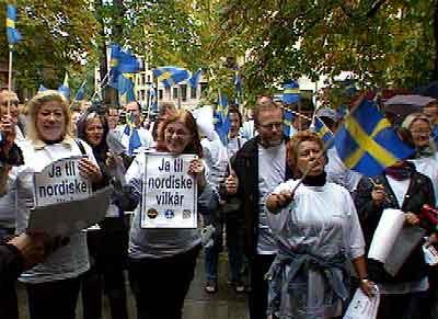 Sjøfolkene møtte mannsterke opp ved den svenske ambassaden. (Foto: NRK)