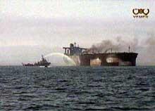 """Den franskeide supertankeren """"Limburg"""" står i flammer i Adenbukta. (Foto: RTV Reuters)"""