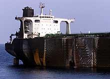 Hullet i skorget på den franske oljetankeren Limburg er svært tydelig. Amerikanske eksperter tror nå at båten kan ha vært utsatt for et terrorangrep. (Foto: REUTERS/Aladin Abdel Naby)