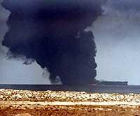 Tykk røyk siver opp fra supertankeren 6. oktober 2002. (Foto: Reuters/Al-Ayyam)