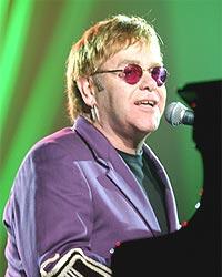 Elton John klarte bare å selge 12.000 billetter i Trondheim, mens 15.000 ble revet bort i Bergen. Foto: Robert Mora / Getty Images.