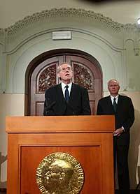 Nobelkomiteens leder Gunnar Berge annonserte fredag at Nobels Fredspris for 2002 går til president Jimmy Carter. I bakgrunnen Nobelinstituttets direktør, Geir Lundestad. (Foto: Scabpix/Bjørn Sigurdsøn)