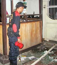 Indonesisk politi undersøker en av nattklubbene som ble rammet av en eksplosjon i Kuta Beach. (Foto: Reuters)