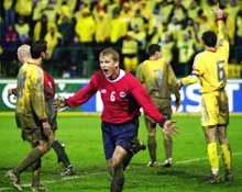 1-0! Steffen Iversen jubler mens de rumenske spillerne mener noe var galt (Foto: Erlend Aas/Scanpix).