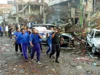 Hjelpeabeidere bærer ut døde etter den kraftige eksplosjonen som ødela to nattklubber. (Foto: REUTERS/Stringer )