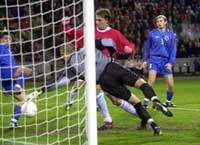 Her scorer Claus Lundekvam sitt første og landslagets 1000. mål i høstens kamp mot Bosnia på Ullevål.