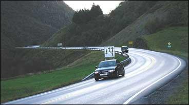 Vegen går opp Fjordsdalen frå Instefjord. E 39 mellom Oppedal og Romarheimsdalen har fått