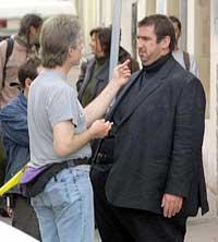 En sminkør finpusser Eric Cantona under innspillingen av hans siste film. (Foto: Boris Horvat/afp/scanpix)