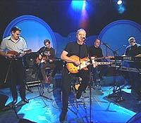 Mark Knopfler og bandet under opptakene til Tore på Sporet. Programmet blir sendt lørdag 2. november. Foto: NRK.