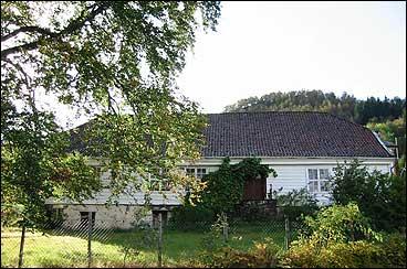Eigedomen Lovisendal vart nytta som offisersbustad. Hovudhuset vart bygt i 1727. (Foto: Arild Nybø, NRK)