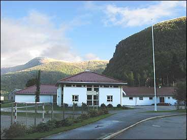 Brekke skule i 2002. (Foto: Arild Nybø, NRK)