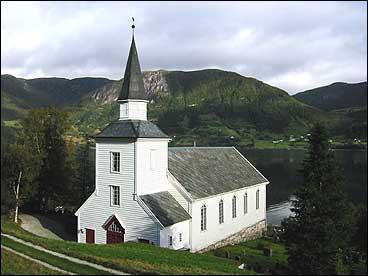 Brekke kyrkje i Gulen vart bygt i 1862. (Foto: Arild Nybø, NRK)