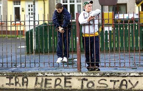 IRA avviser krav om at den forbudte halvmilitære gruppen må oppløses. (Foto: Reuters/Paul McErlane)