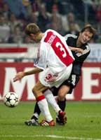 Selv om Andre Bergdølmo stoppet Roar Strand her, ble det poengtap for nordmannen på Ajax. (Foto: Gorm Kallestad/reuters)