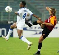 Gabriel Batistuta og Didier Zokora i kamp om ballen. (Foto: Giampiero Sposito/REUTERS)