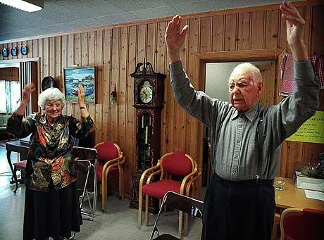 NORGES ELDSTE: Som 106-åring var Olav Hovatn general for eldretrimmen i hjembygda. Her sammen med datteren sin Gunhild Marie som var 80 år i 1999. (Arkivfoto: Scanpix/Olav A. Saltbones)