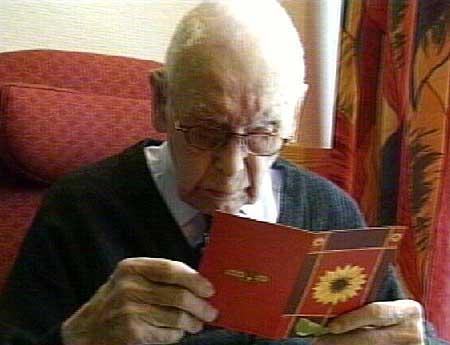Bursdagsbarnet Olav Hovatn leser bursdagshilsener.