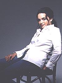 """- Jeg er overrasket over suksessen. Det er litt som å være på en annen planet, sier Norah Jones. Albumet""""Come Away With Me"""". Plata har solgt fire millioner eksemplarer på verdensbasis. Lørdag spiller hun konsert på Smuget i Oslo. Foto: EMI / SCANPIX."""