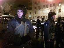 Politiet har omringet teatret, men tør ikke storme det på grunn av trusler om å bombe hele bygningen.