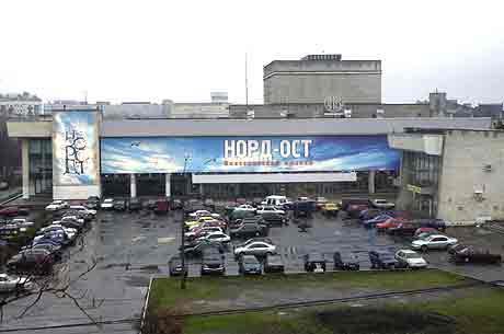 Det er i denne bygningen i Moskva gisseldramaet utspiller seg. (Reuters-Scanpix)