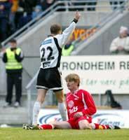 Harald M. Brattbakk etter han har satt inn 3-0 til RBK mens Branns Geirmund Brendesæter sitter oppgitt på baken. (Foto: Gorm Kallestad / SCANPIX)