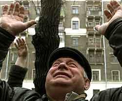 En slektning av et frigitt gissel vinker utenfor et sykehus i Moskva. Foto: Radu Sigheti , Reuters