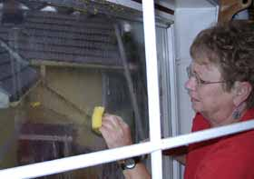 Grethe Semb vasker bort knuste egg
