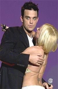 """Robbie Williams synger om den tidligere venninnen Geri Halliwell på albumet """"Escapology"""" som kommer 18. november. Låten """"Cursed"""" bekrefter at de ikke var noe mer enn nettopp venner. Her er de fra Brit Awards i fjor. Foto: EMI / SCANPIX."""