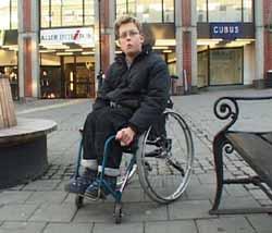 Her i Skien sentrum ble Joakim Lindefjeld fjernet fra rullestolen.