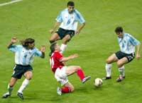 Michael Owen faller og får en billig straffe mot Argentina under sommerens fotball-VM.