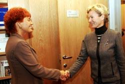 Forsvarskomiteens leder Marit Nybakk (t.h.) tok imot forsvarsminister Kristin Krohn Devold til et møte på Stortinget tidligere denne måneden. (Foto: Heiko Junge, Scanpix)