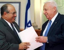 Israels statsminister Ariel Sharon med nyutnevnt leder for etterretningstjenesten Mossad, Meir Dagan, under budsjettforhandlngene i dag.