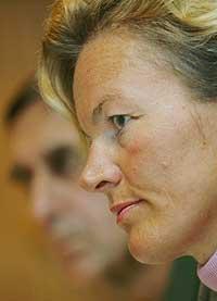 Kristin Krohn Devold på presse-konferansen i dag, med forsvarssjef Sigurd Frisvold i bakgrunnen. (Foto: Scanpix)