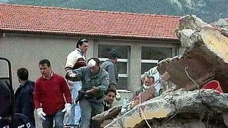 Letemannskaper går gjennom de ødelagte bygningene for å forsøke å finne flere overlevende i San Giuliano Di Puglia torsdag 30. oktober 2002. (Foto: Reuters TV)