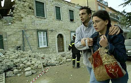 Et par løper i sikkerhet etter et nytt jordskjelv rammet San Giuliano di Puglia i Italia i ettermiddag. (Foto: Reuters/Vincenzo Pinto)