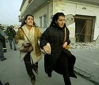 To kvinner springer i sikkerhet etter dagens nye jordskjelv i Italia. (Foto: Reuters/Vincezo Pinto)