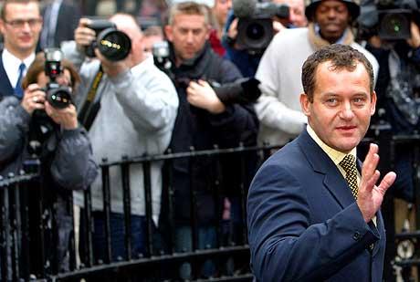 Eks-butler Paul Burrell vinker til fotografene etter at rettssaken mot ham ble stanset i dag. (Foto: Reuters/Michael Crabtree)