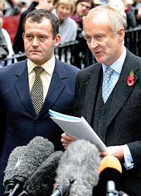 Paul Burrell (venstre) sammen med sin forsvarer Andrew Shaw utenfor rettslokalet i London i ettermiddag. (Foto: Reuters/Michael Crabtree)