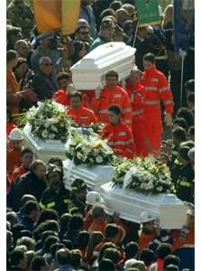 26 barn ble båret til graven i San Giuliano di Puglia i dag. (Foto: Vincenzo Pinto/Reuters/Scanpix)