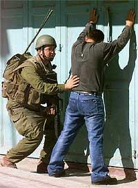 Israelsk soldat ransaker en palestiner i Hebron. (Arkivfoto: Reuters)