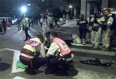 Israelsk politi ved selvmordbomberens kropp etter eksplosjonen i Kfar Saba. (Foto: Reuters/Havakuk Levison)