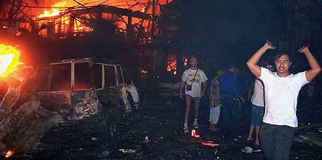 Turister og fastboende flykter fra de brennende bygningene etter bombeeksplosjonene på Bali 12. oktober. Om lag 190 mennesker ble drept, mange av dem utenlandske turister. (Foto: Scanpix/Radar)