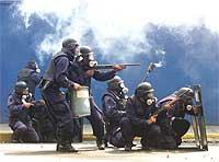 Politiet bruker tåregass og skyter med gummikuler mot tilhengere av Chavez i Caracas 4.november. (Foto: Chico Sanchez , Reuters)
