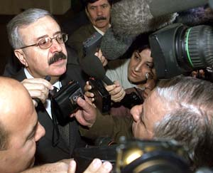 Utenriksminister Naji Sabri uttaler seg til pressen.