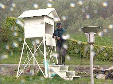 Jon Takle har notert store mengder nedbør på Takle. (Foto: Steinar Lote, NRK)