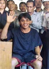 En av de hovedmistenkte i bombeattentatet i Bali, Amrozi, blir vist frem for pressen for første gang. Foto: Reuters